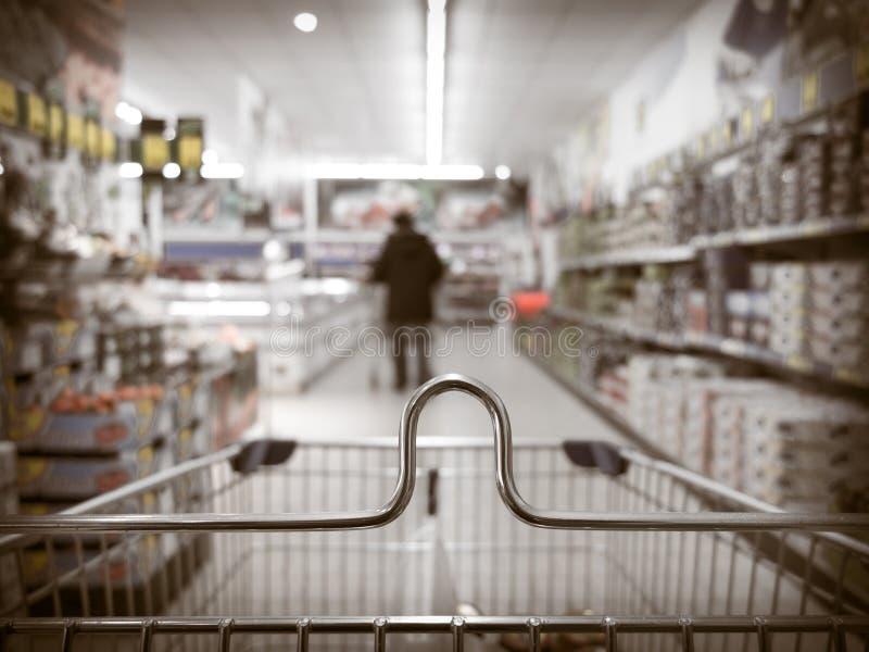 Sikten från spårvagnen för shoppingvagnen på supermarket shoppar. Detaljhandel. fotografering för bildbyråer
