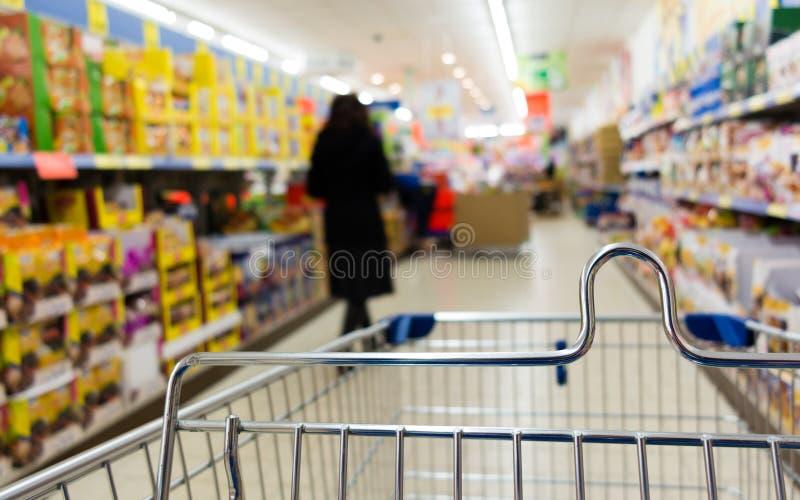 Sikten från spårvagnen för shoppingvagnen på supermarket shoppar. Detaljhandel. royaltyfri bild