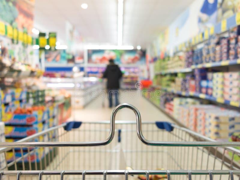 Sikten från spårvagnen för shoppingvagnen på supermarket shoppar. Detaljhandel. royaltyfria foton