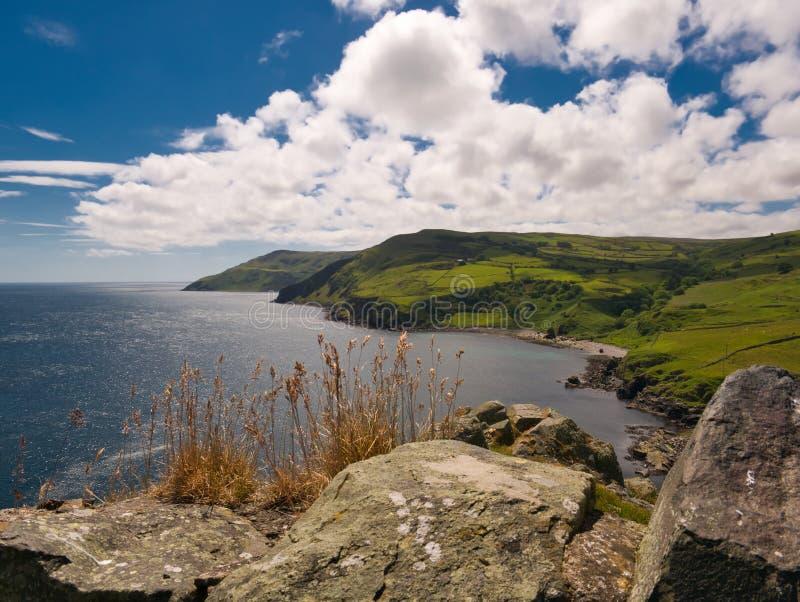 Sikten från Torr Head till söderna i solsken royaltyfri bild