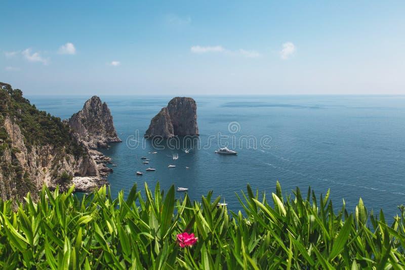 Sikten från trädgårdarna av Augustus på den Capri kusten och Faraglioni vaggar italy royaltyfri fotografi