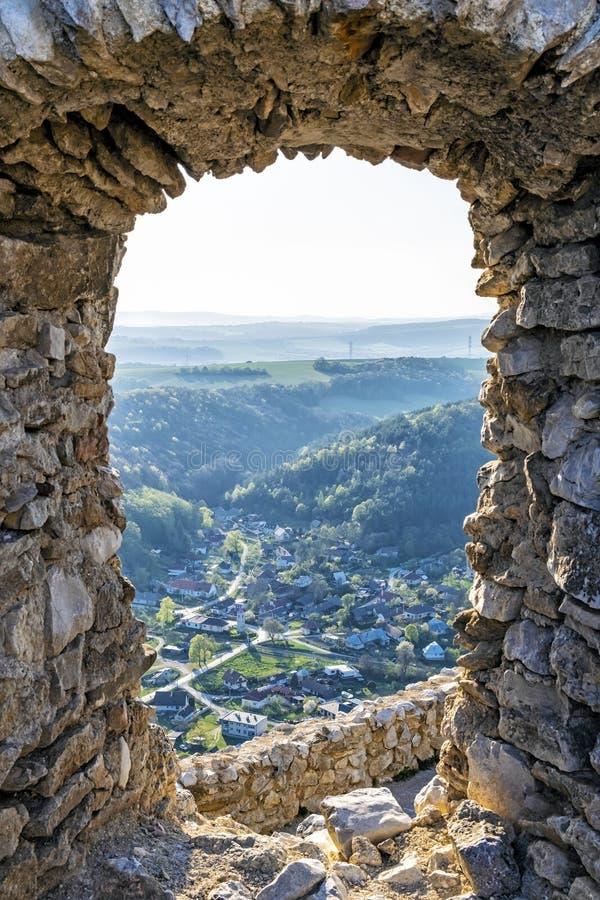 Sikten fr?n den Cachtice slotten f?rd?rvar till Visnove, Slovakien royaltyfria bilder