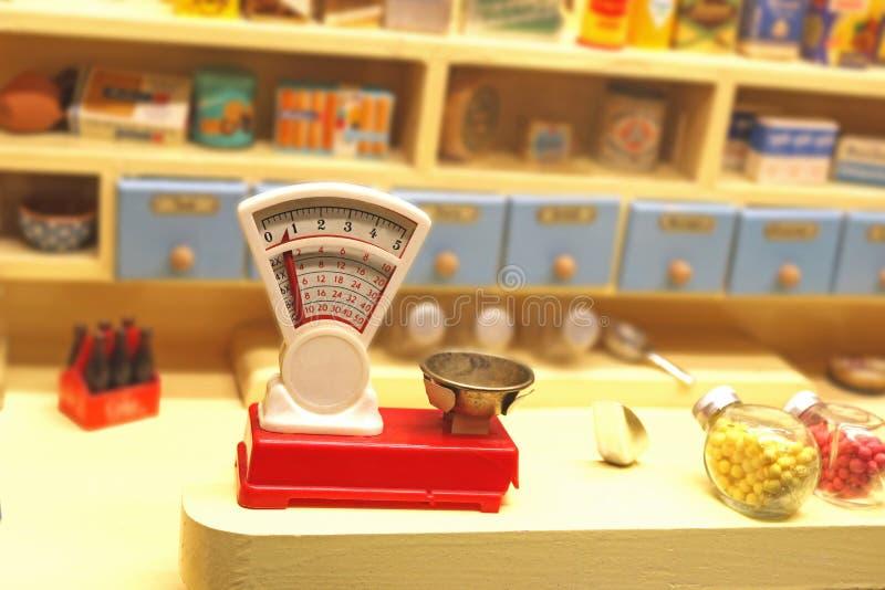 Sikten in i en gammal specerihandlare shoppar för barn med våg royaltyfri foto