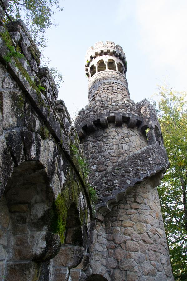 Sikten i parkerar av den Regaleira slotten (Quinta da Regaleira), Sintra, Portugal royaltyfri bild