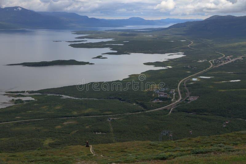 Sikten längs e10en nära Abisko, uppifrån av det Nuolja berget, nära Aurora Skystation royaltyfri foto