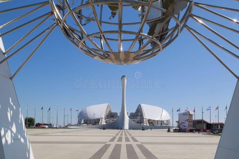 Sikten på bunken för den olympiska flamman och Fisht stadion i den Sochi OS:en parkerar royaltyfri fotografi