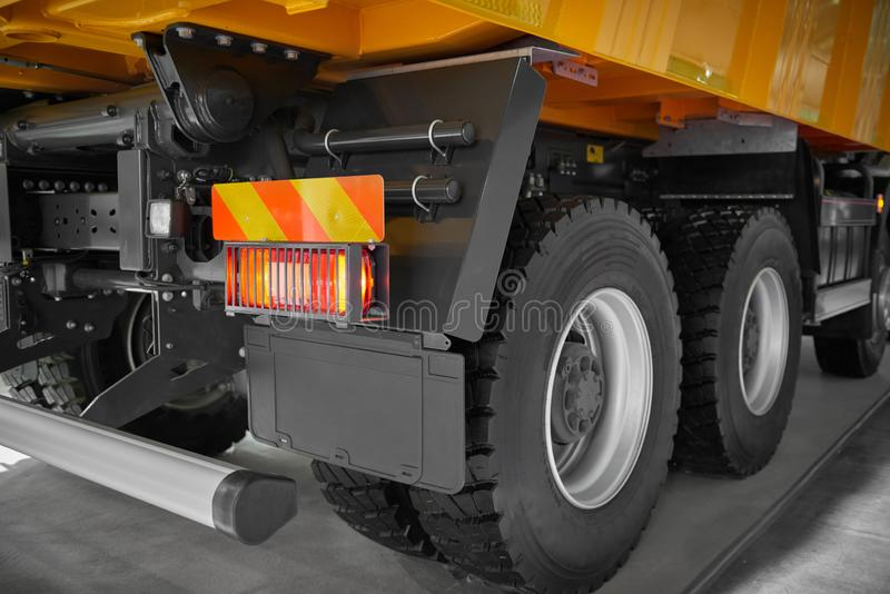 Sikten på chassi för person som ger drickslastbil drar tillbaka, rullar och gummihjul, bakre röda ljus Bakre hjul för ny lastbil  arkivfoto