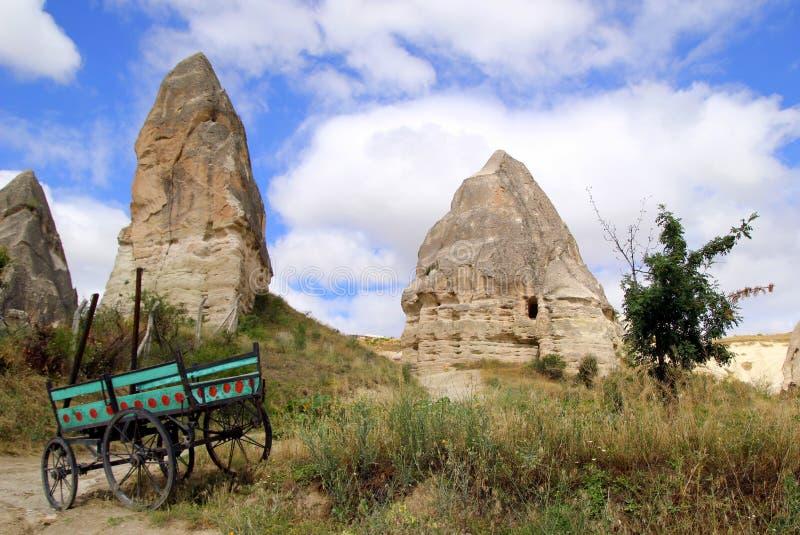 Sikten på dalen i bergen med en vagn på förgrunden royaltyfri bild