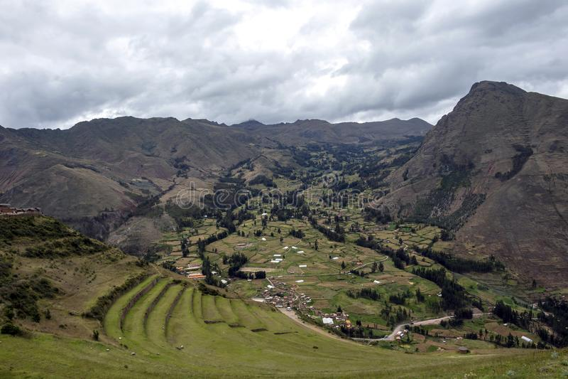 Sikten på de åkerbruka Incaterrasserna som används för växter som brukar, arkeologiskt parkerar i den sakrala dalen, Pisac nära C royaltyfri fotografi