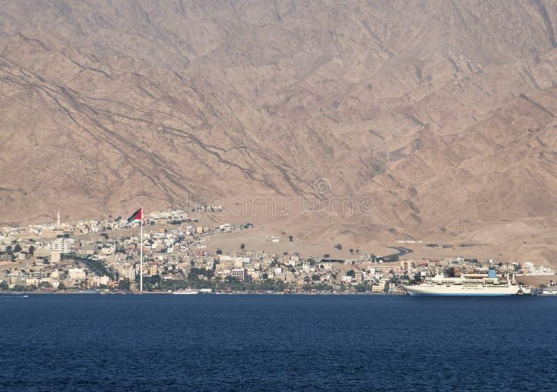 Sikten på den Aqaba staden och flottan port, Jordanien arkivfoto