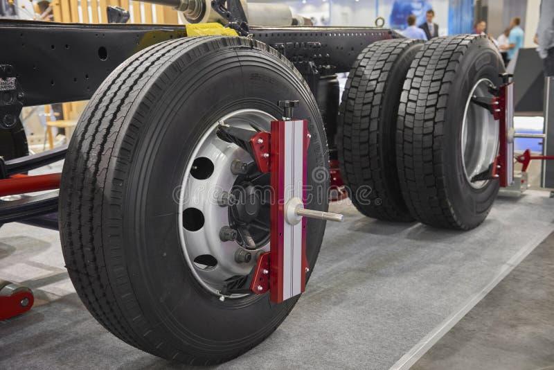 Sikten på den nya lastbilen rullar, och chassiunderhåll bearbetar apparatutrustning KVICKHET för lastbil för hjuljustering Bilund royaltyfri fotografi