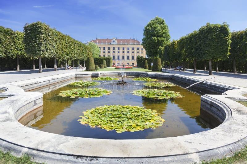 Sikten på den Schonbrunn slotten och parkerar i Wien royaltyfri fotografi