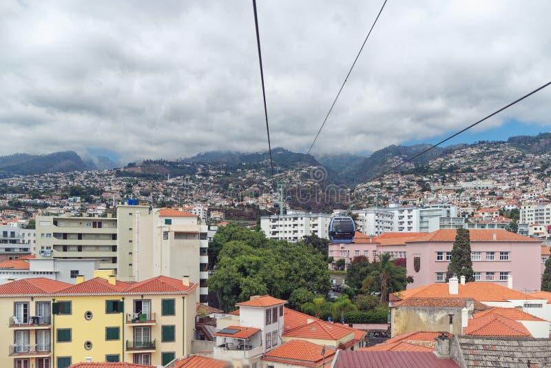 Sikten på husen av den Funchal staden från en kabelbil av Teleférico gör Funchal eller den så kallad madeirakabelbilen royaltyfri bild
