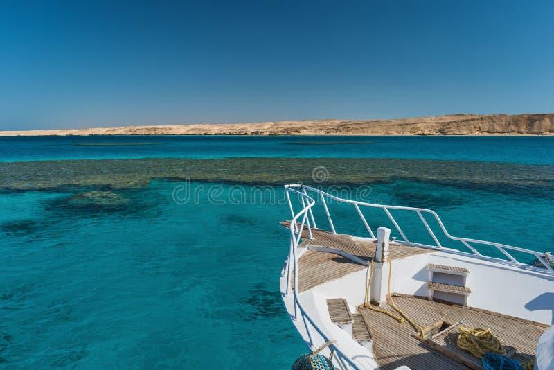 Sikten på korallhavet och vit seglar Göra perfekt stället för att snorkla Sommarsemester på havet arkivbild