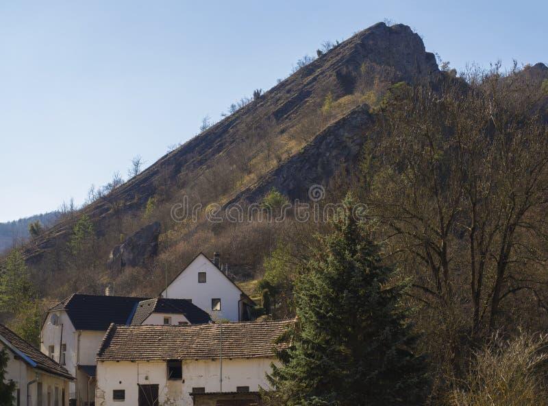 Sikten på by med vaggar den klippaSvaty Januari fröskidan Skalou, Beroun, den centrala bohemiska regionen, Tjeckien, berömd pi royaltyfri foto