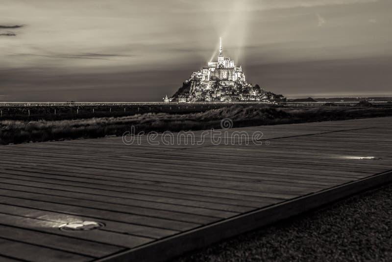 Sikten på Mont Saint Michel med att gå banan, sepia tonade, Normandie royaltyfri fotografi