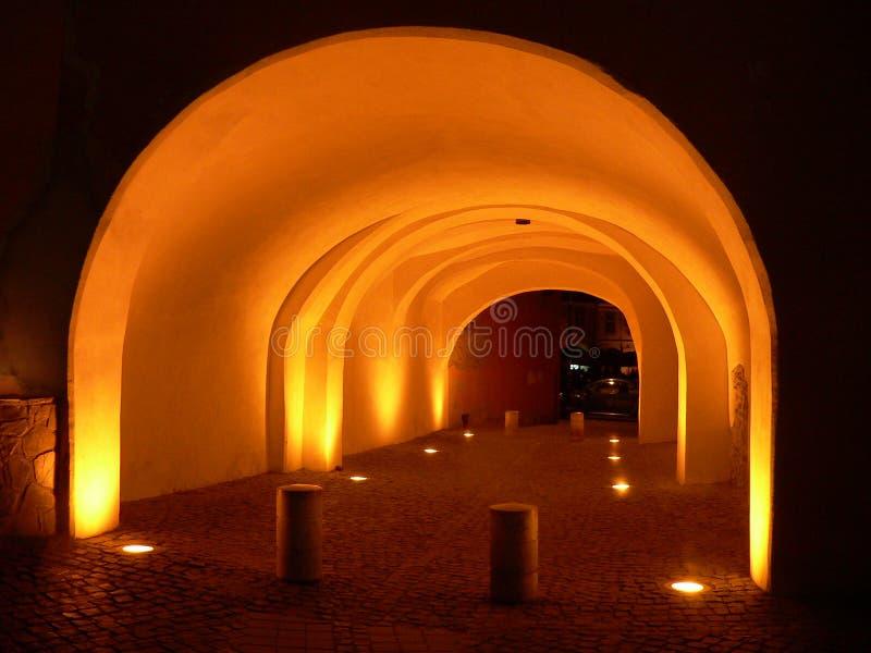 Sikten på natten av Sibiu täckte gatatunnelen romania royaltyfri foto