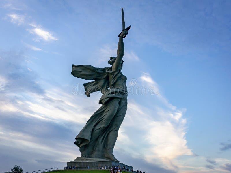 Sikten på skulpturfäderneslandet kallar på överkanten av Mamayeven Kurgan, det minnes- komplexet av den Stalingrad striden royaltyfri foto
