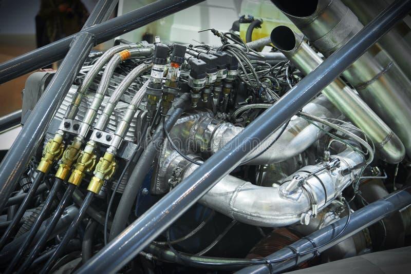 Sikten på tävlings- lastbilkabinbaksida och olik utrustning för chassi särar detaljer Lastbilchassiutrustning och hård metall inr royaltyfri fotografi