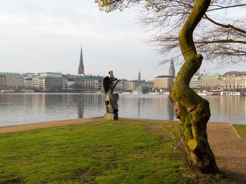 Sikten på trädet och skulptur namngav Windsbraut, virvelvind och Binne arkivfoton