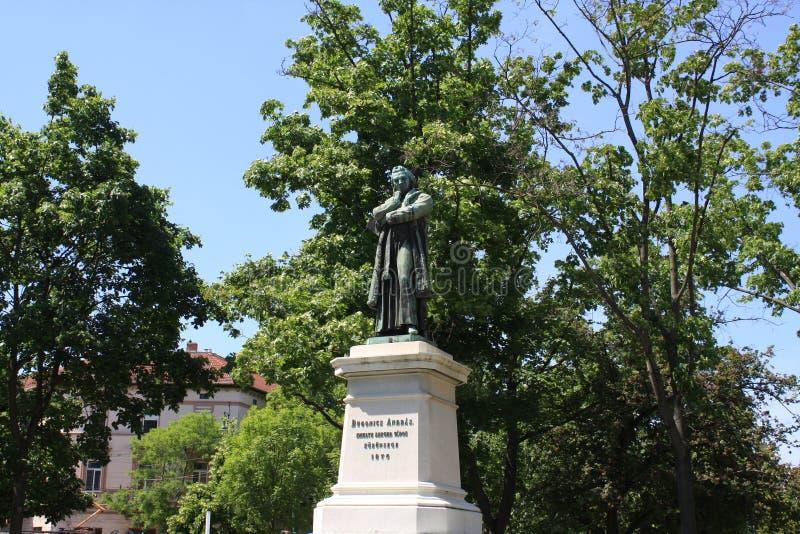 Sikten parkerar på med Dugonics Andras Statue i den Szeged staden, Ungern royaltyfri foto