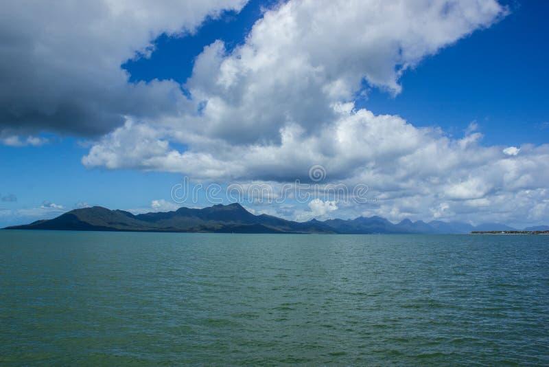 sikten som doppar ön på en härlig sommardag, beskickningar sätter på land, Queensland, Australien arkivbilder