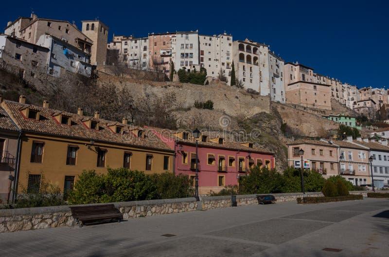 Sikten till att hänga inhyser ` för `-casascolgadas av Cuenca den gamla staden Medeltida stad som byggs på de branta sidorna av e arkivfoton