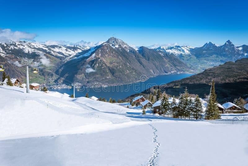 Sikten till mer grosser, Kleiner Mythen, sjön Luzern och Rigi från Klewenalp skidar semesterorten arkivbilder