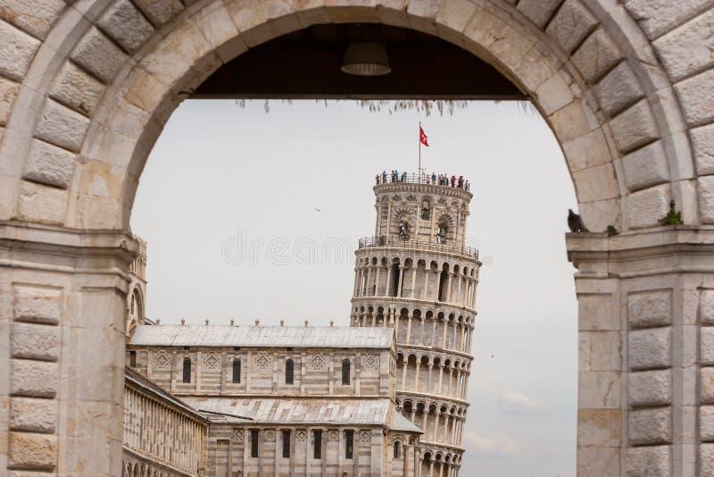 Sikten till och med Portaen Santa Maria av den Pisa domkyrkan och Pisa står högt royaltyfria bilder