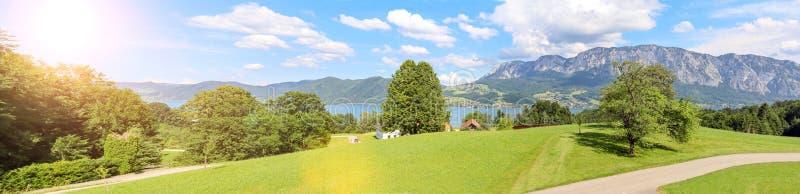 Sikten till sjön Attersee med alpint betar, berg av österrikiska fjällängar nära Salzburg, Österrike Europa royaltyfri fotografi