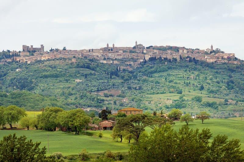 Sikten till townen av Pienza - Tuscany arkivbilder