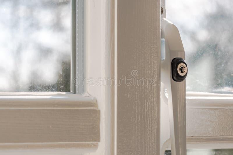 Sikten till yttersidan från installerat nyligen, inrikesdepartementetdubblett glasade fönstret visa detaljen av säkerheten låsa s arkivbild