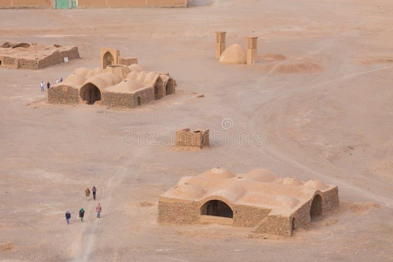 Sikten till Zoroastriantemplen fördärvar från tornet av tystnad i Yazd fotografering för bildbyråer