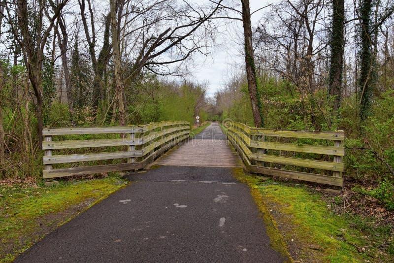 Sikter av broar och banor l?ngs Shelby Bottoms Greenway och de naturliga slingorna f?r omr?desCumberland River fasad, bottomland  royaltyfri fotografi