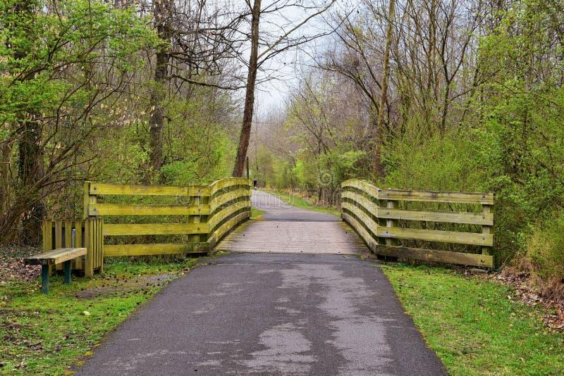 Sikter av broar och banor l?ngs Shelby Bottoms Greenway och de naturliga slingorna f?r omr?desCumberland River fasad, bottomland  arkivbilder