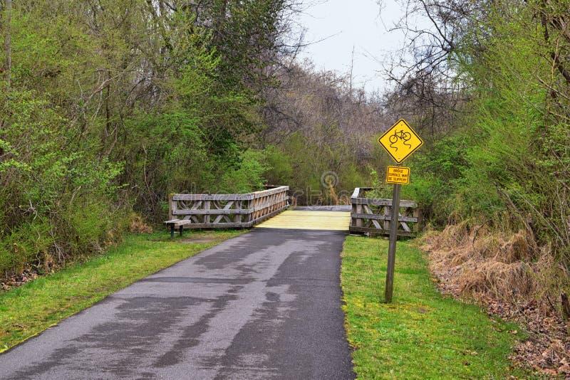 Sikter av broar och banor l?ngs Shelby Bottoms Greenway och de naturliga slingorna f?r omr?desCumberland River fasad, bottomland  arkivfoto