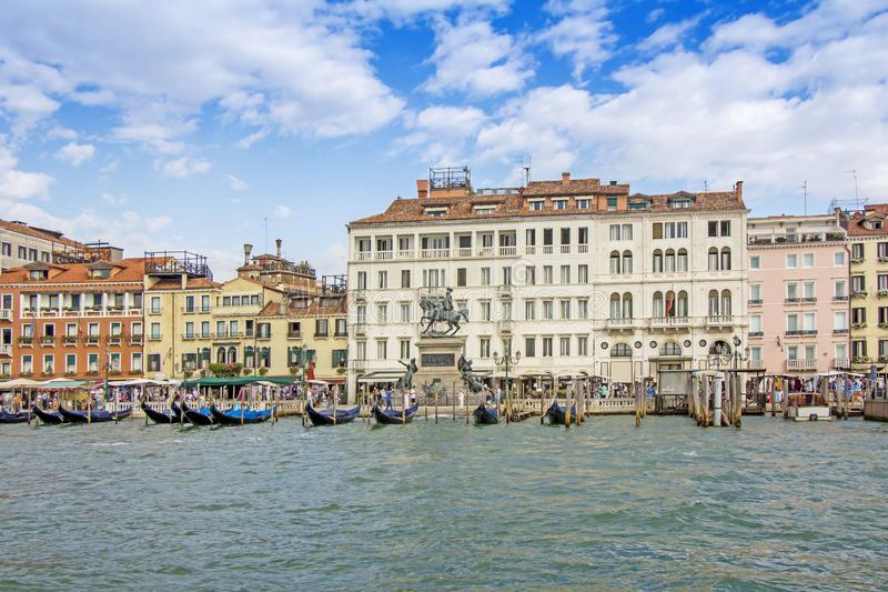Sikter av byggnader, gondoler, broar och kanaler i Ve royaltyfri foto