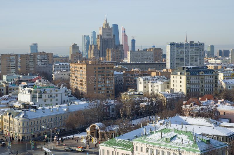 Sikter av byggnader och gator av Moskva från höjden, Ryssland arkivbild