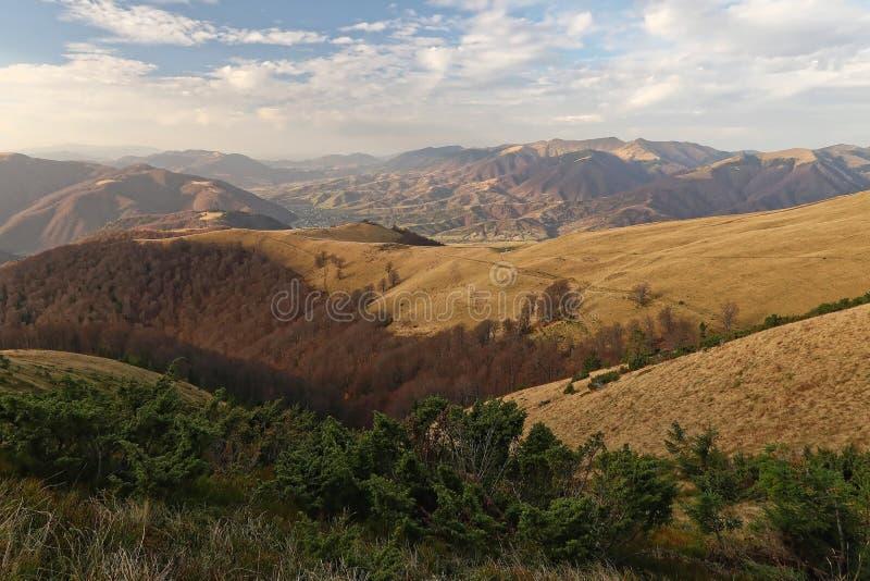 Sikter av de Carpathian bergen i suny dag för höst arkivfoton