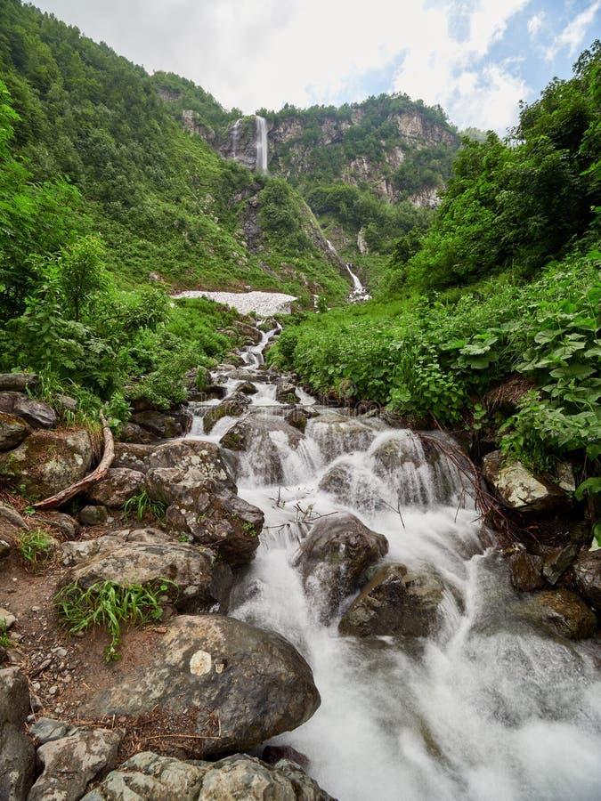Sikter av de gr?na bergen med den h?gsta vattenfallet arkivfoto