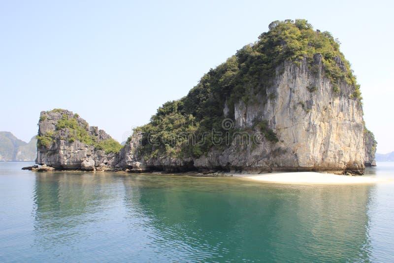 Sikter av de pittoreska klipporna och havet med turkosvatten i det mest berömda stället i Vietnam - lång fjärd för mummel fotografering för bildbyråer