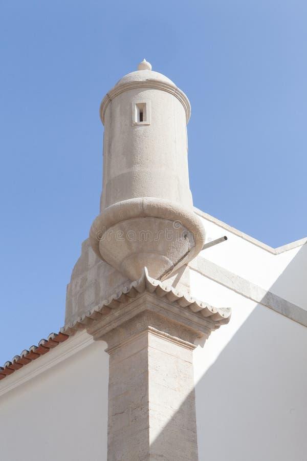 Sikter av den Sesimbra fästningen under blå himmel i sommar i Portugal fotografering för bildbyråer