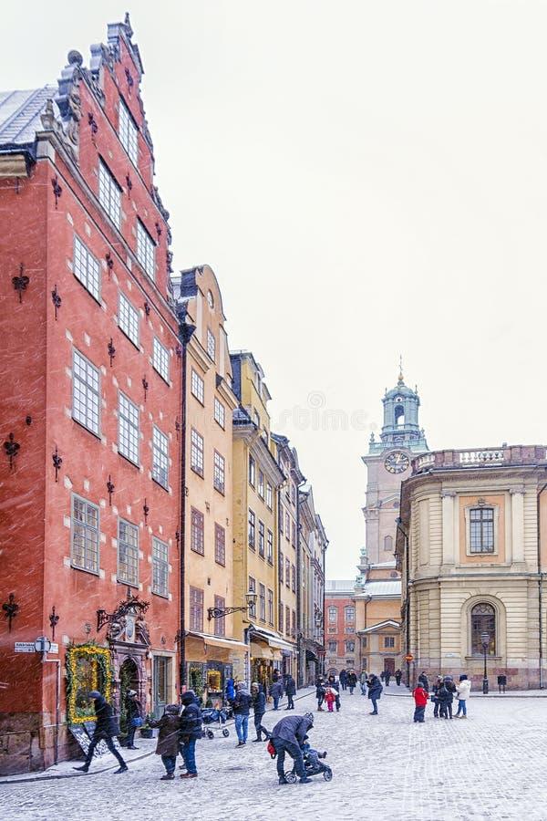 Sikter av den Stortorget fyrkanten under en snöstorm Stockholm svensk royaltyfri bild