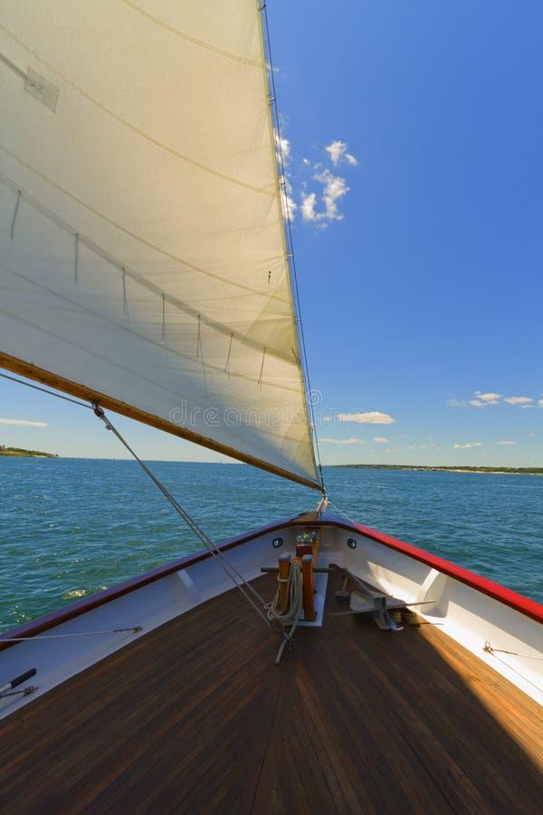 Sikter av det privat seglar yachten. royaltyfri bild