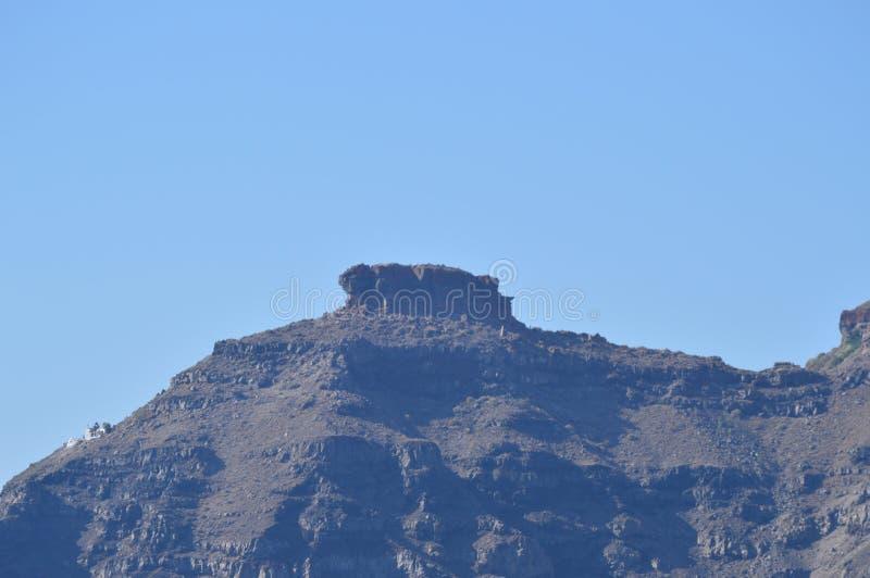 Sikter av ett berg som är utgående på det Santorini öfotoet från sjögångar Landskap kryssningar, lopp royaltyfri bild