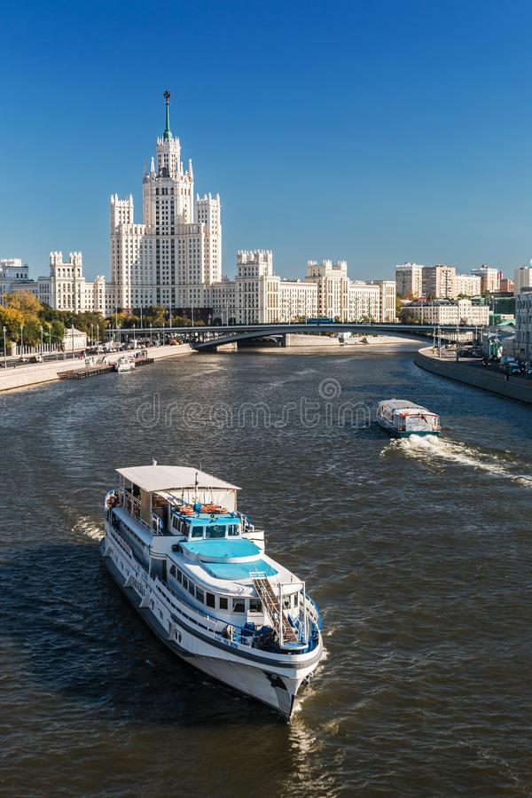 Sikter av höghus på den Kotelnicheskaya invallningen med a royaltyfri foto