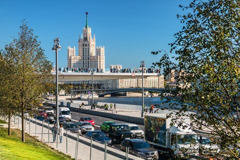 sikter av höghus på den Kotelnicheskaya invallningen och t arkivfoton