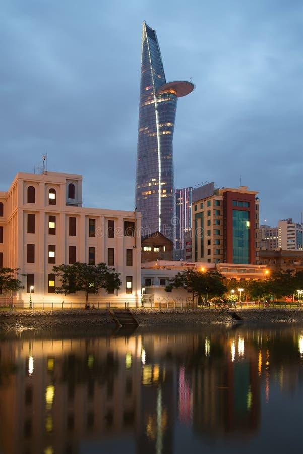 Sikter av höghusBitexco det finansiella tornet i aftonskymningen E fotografering för bildbyråer