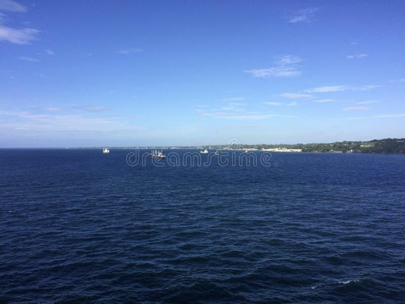 Sikter av Honiara från ett kryssningskepp, Solomon Islands royaltyfri fotografi