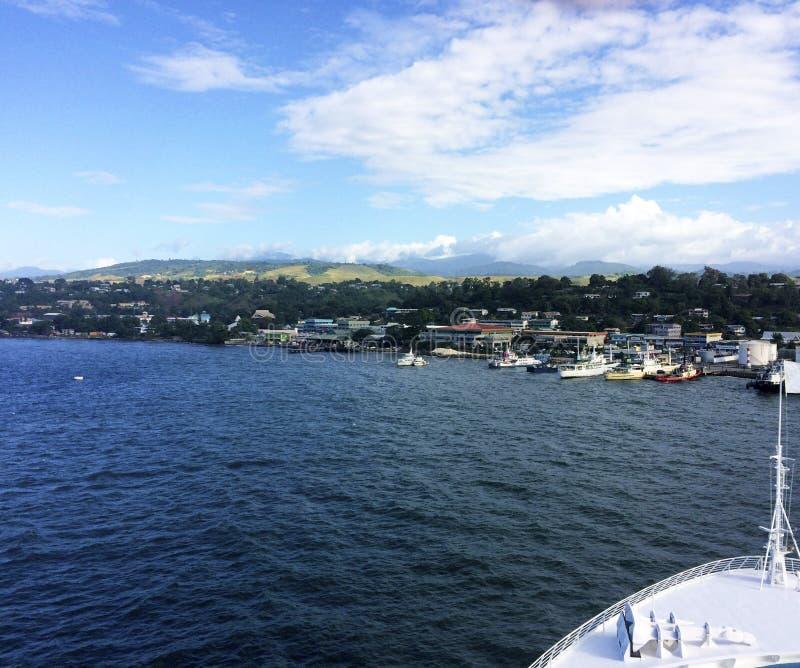 Sikter av Honiara från ett kryssningskepp, Solomon Islands arkivfoto